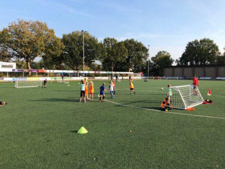 Kinderen voetballen op veld